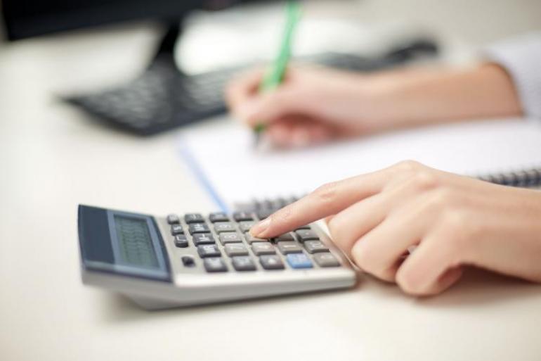 Usualmente los colaboradores usan la prima para pagar deudas que han contraído con los bancos o con un tercero para adquirir casa, carro o estudio. Foto: 123rf.com